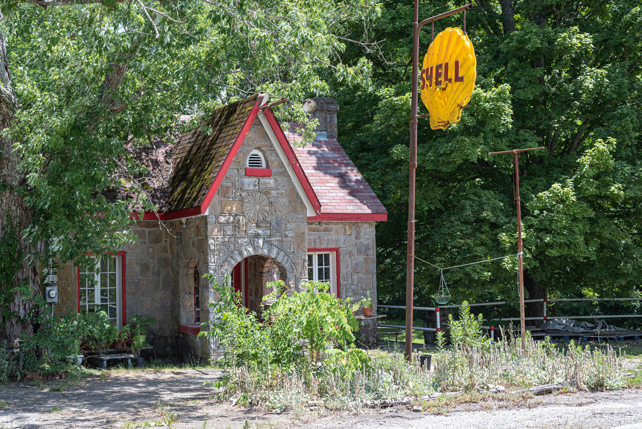 An old Shell Station can be found in Scott County, KY by following along US 25. / Image: Mike Menke // Published: 8.25.20