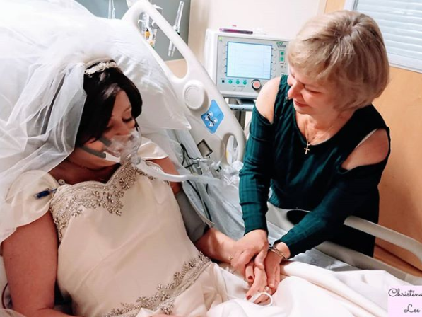 <p>Heather Mosher, who was battling breast cancer, with her mother, Linda Lindsay, on her wedding day (Photo courtesy of Christina Lee Karas)</p>