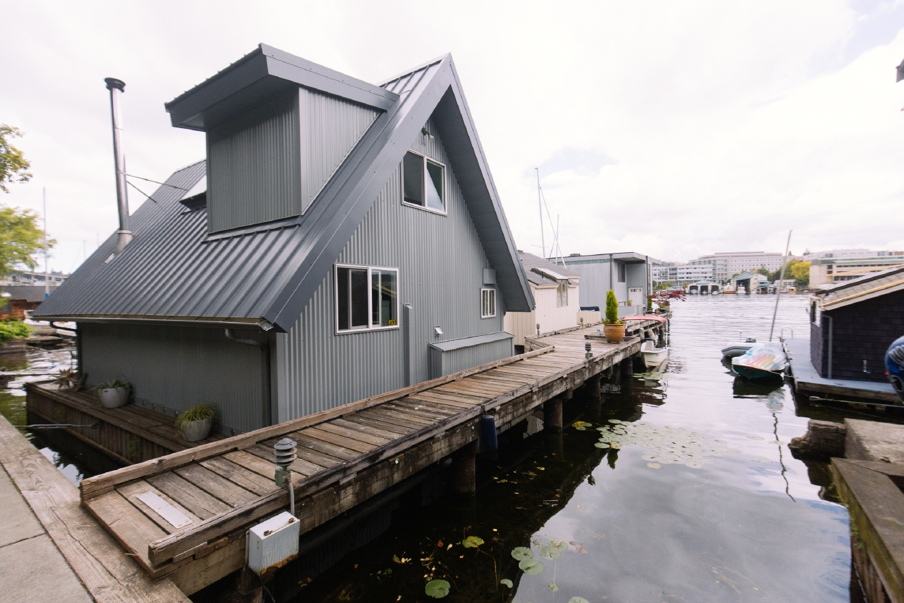 The 2016 Floating Home Tour featured thirteen floating homes along Portage Bay. We were able to sneak into a couple early, and will profile one a day for the next week. First up is this modern minimalist magicness. Enjoy! (Image: Joshua Lewis / Seattle Refined)