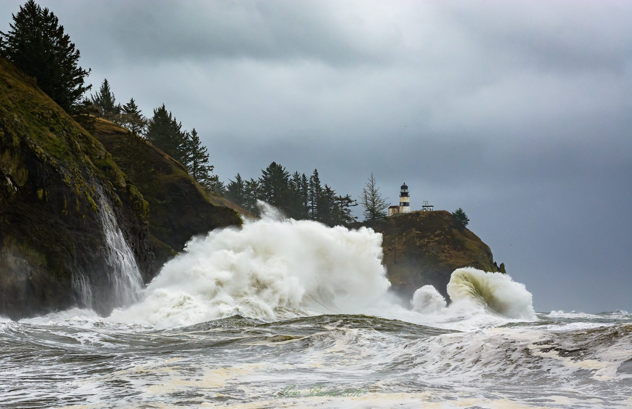 Huge waves crash into Cape Disappointment on Jan. 18, 2018 (Photo: Jim Burns)