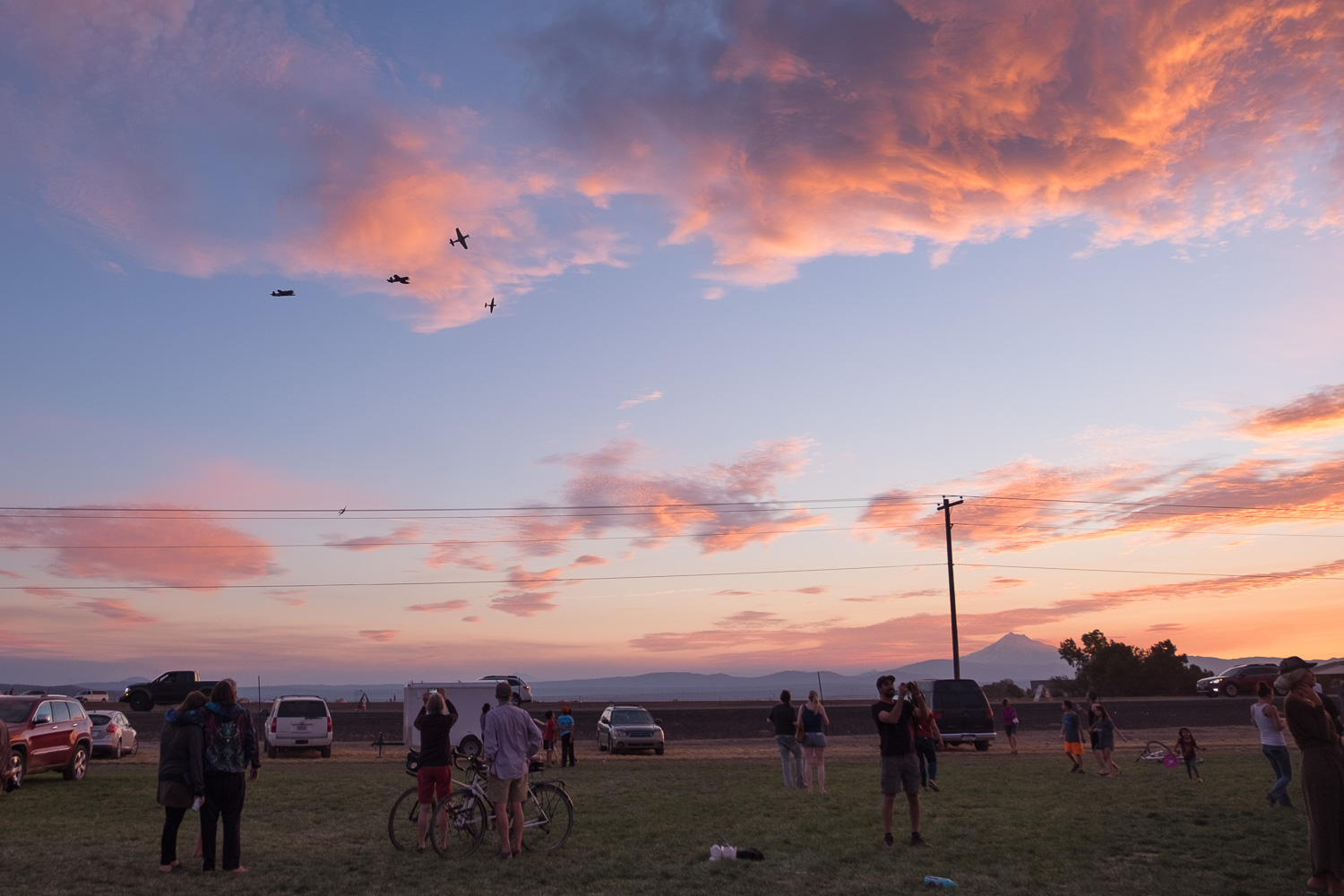 Parachuting through the sunset. Oregon Solarfest (Image: Paola Thomas / Seattle Refined)