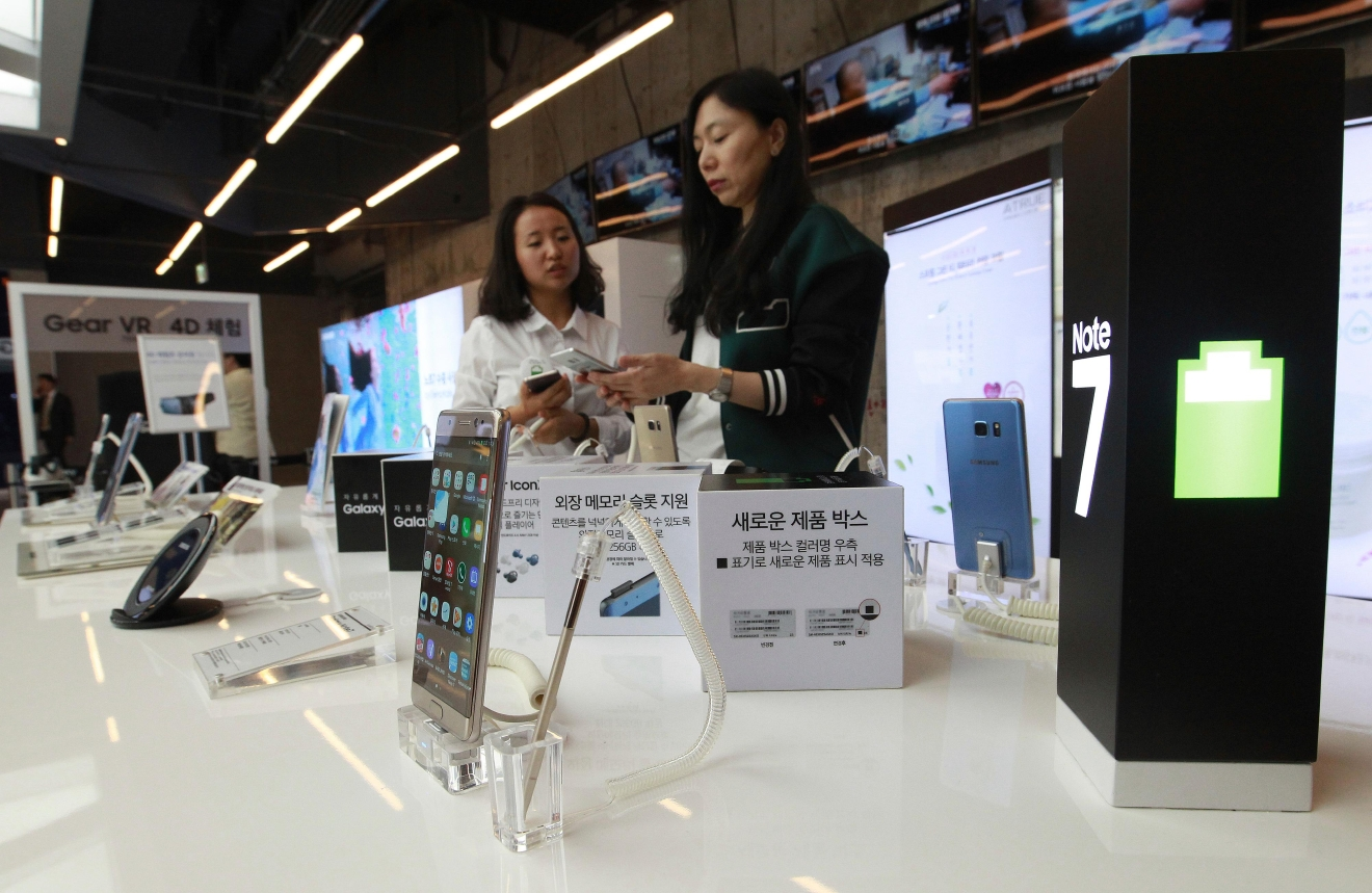Samsung Electronics Galaxy Note 7 smartphones are displayed at the company's shop in Seoul, South Korea, Monday, Oct. 10, 2016. Samsung Electronics has temporarily halted production of its Galaxy Note 7 smartphones, South Korea's Yonhap news agency reported Monday, following reports that replacements for the fire-prone phones were also overheating. (AP Photo/Ahn Young-joon)